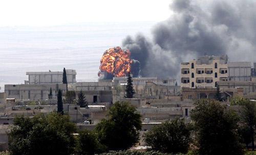 Mỹ ném bom dữ dội xuống IS bao vây thị trấn biên giới - 1