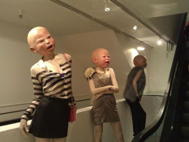 Mình thiếu nữ mà đầu em bé với vẻ mặt nhăn nhó