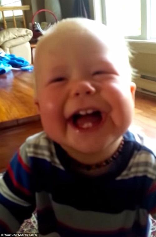 Bé trai cười sặc sụa khi thấy bố ho - 1