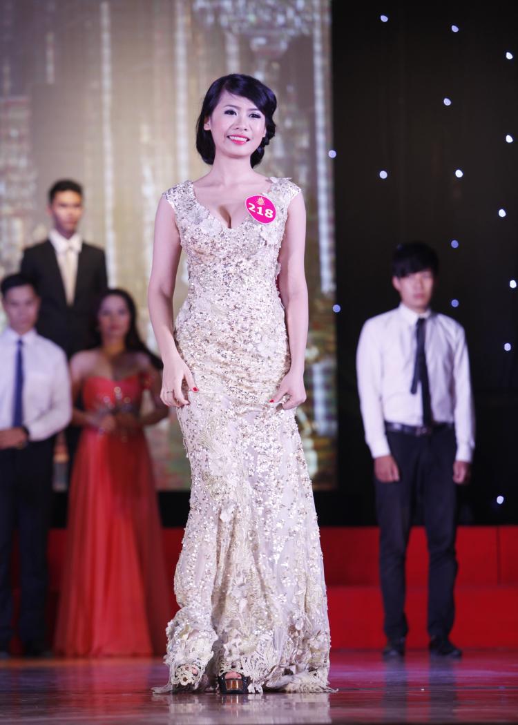 Trong đêm chung kết Hoa khôi sinh viên Hà Nội - iMiss Thăng Long 2014 diễn ra tối 18/10,nhiều thí sinh hút mắt khán giả với những bộ đầm cókhoảng hở 'bỏng mắt'