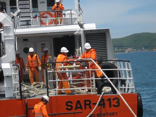 Cứu sống 6 ngư dân đang hoảng loạn trên biển - 1