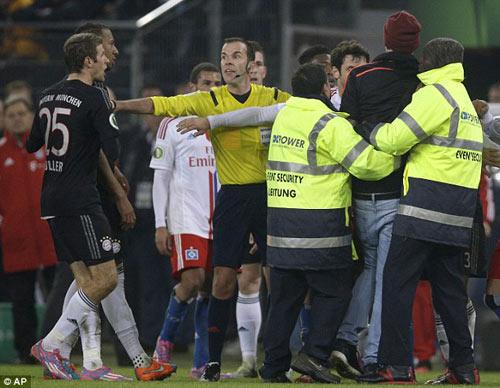 """Ribery bị fan cuồng """"tát"""" ngay trên sân - 1"""