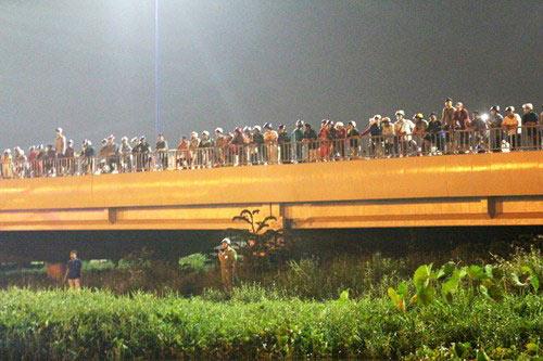 Nửa đêm, người dân đứng kín cầu Sài Gòn xem bắt cướp - 1