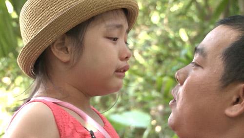 Con gái Thúy Hạnh khóc lóc vì…ngủ ở chuồng bò - 1