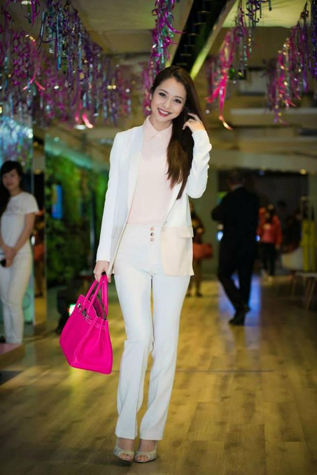Bản thân Jennifer Phạm cũng từng mang đến nhiều trang phục không được đánh giá cao, song cô ghi điểm tuyệt đối trong bộ đồ công sở này