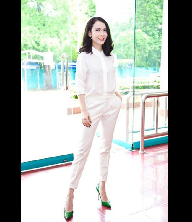 Yến Trang thời trang và trẻ trung với quần baggy, sơ mi trắng