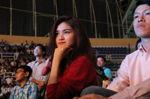 Fan nữ xinh lặng người xem võ sĩ Muay tranh tài - 1