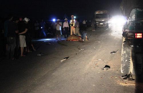 Kẹp 3 đâm vào đuôi xe tải, 2 người chết tại chỗ - 1