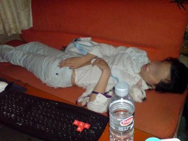 Cô gái này ôm thú cưng ngủ ngay quán game