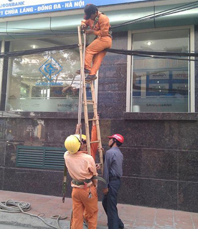 Một người chẳng làm được gì… ba người chụm lại đỡ cây thang cao
