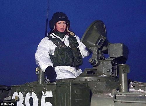 Nữ điệp viên xinh đẹp tập luyện cùng lính Nga - 1