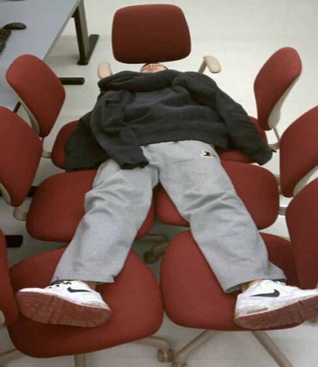 May quá các đồng nghiệp đi hết nên có ghế để nằm