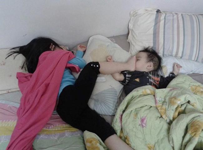 Ngủ thế này thì bá đạo quá bé