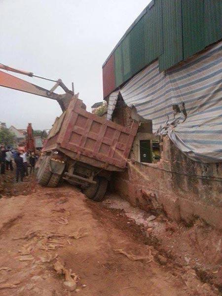 Hà Nội: Xe tải đổ nghiêng, đè sập tường nhà dân - 1