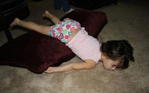"""Những tư thế ngủ """"bá đạo"""" của bé - 1"""