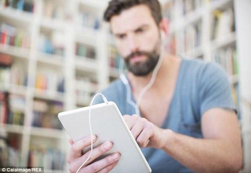 Tại sao dùng máy tính bảng lại bị đau mỏi cổ? - 1