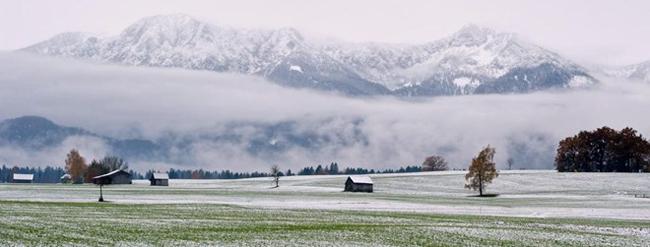 Tuyết bao phủ đỉnh núi Herzogstand (trái) và Heimgarten ở Prenzberg, miền nam nước Đức, ngày 6/11. Ảnh: EPA.