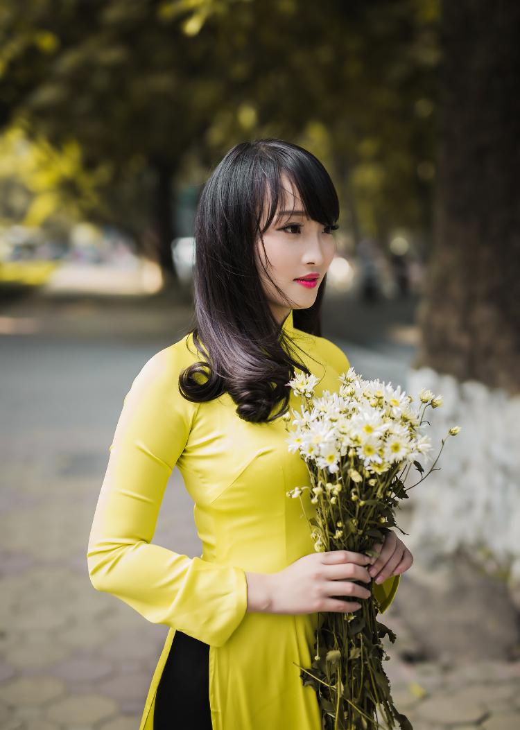 Nguyễn Nhật Lệ sinh năm 1995 (HàNội). Cô hiện là sinh viên khoa Truyền thông Quốc tế và Văn hóa Đối ngoại (Học viện Ngoại giao)