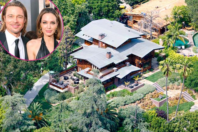 Đôi vợ chồng đình đám nhất Hollywood, Brad Pitt và Angelina Jolie đã tậu căn biệt thự trị giá 1,7 triệu USD trong năm 1994 tại Los Feliz, California để xây dựng tổ ấm riêng.