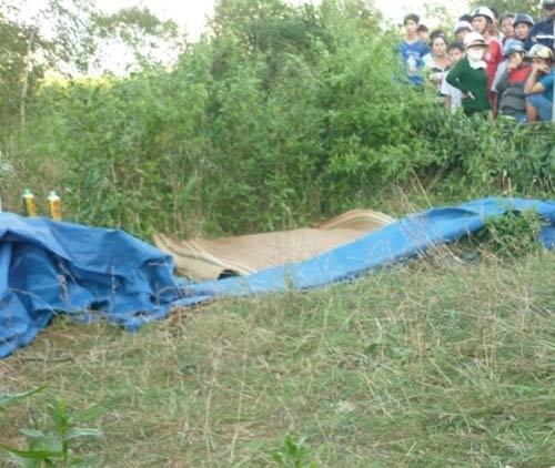 Một phụ nữ chết lõa thể trong nghĩa địa - 1