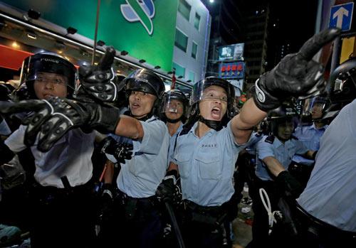 Hong Kong: 7 cảnh sát tấn công người biểu tình bị bắt - 1