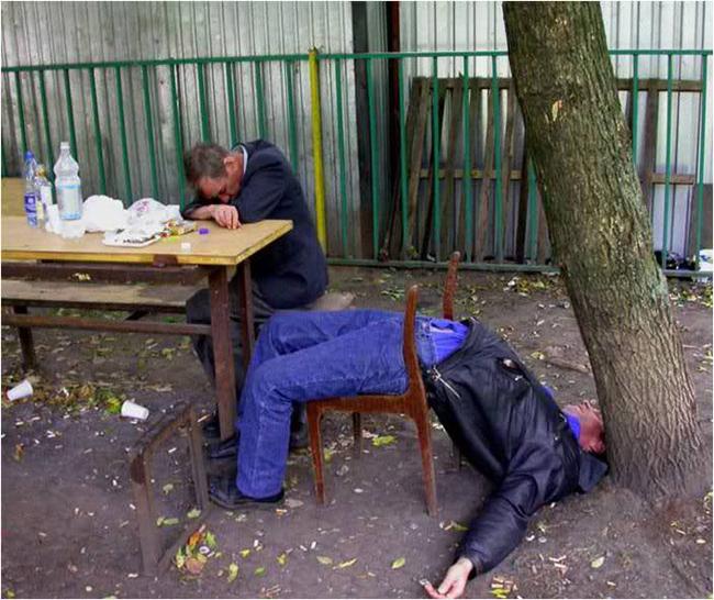 Kẻ gục trên bàn còn người thì ngủ trong tư thể khó đỡ