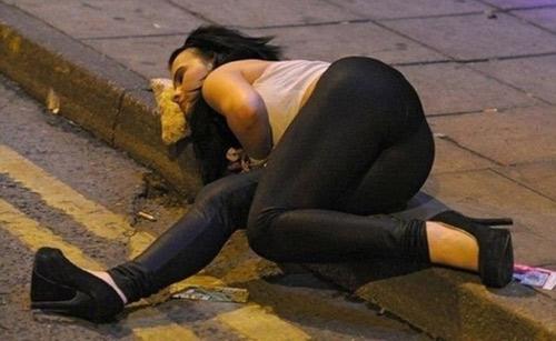 """Không đỡ nổi với những cô nàng """"say xỉn"""" - 1"""