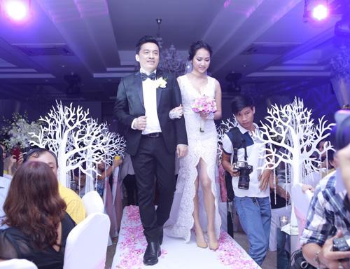Lam Trường nhìn cô dâu đắm đuối trong lễ tái hôn - 1