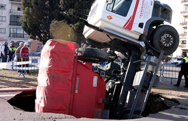 Chiếc xe tải bị sụt hố tử thần