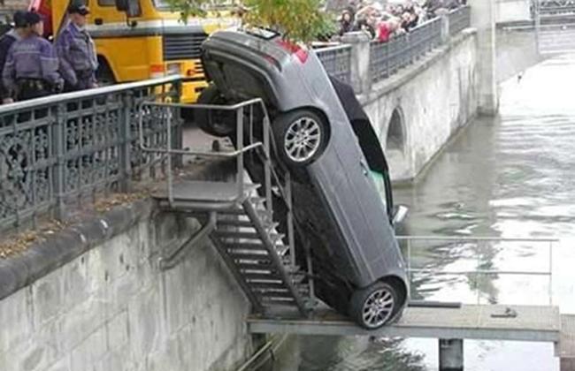 Lối thang bộ xuống hồ đâu có dành cho ôtô?