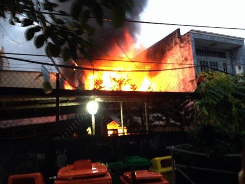 """Cháy nhà, dân trèo từ mái nhà thoát khỏi """"biển lửa"""" - 1"""