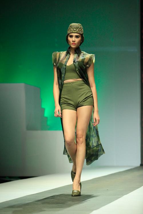 """Mẫu Việt """"hóa"""" nữ chiến binh trên sàn diễn - 1"""