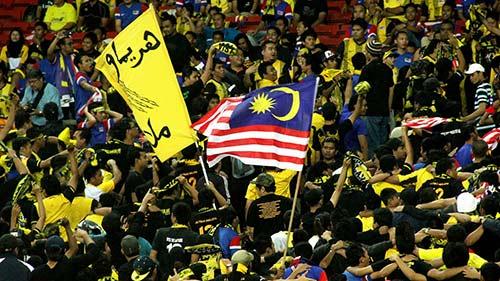 3 nghi phạm đánh fan VN đầu thú, 500 CĐV Malaysia đến Mỹ Đình - 1