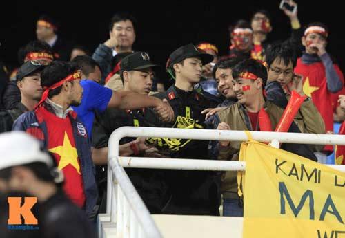 Cái bắt tay thắm tình của CĐV Malaysia - Việt Nam - 1