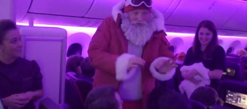 Ông già Noel bất ngờ xuất hiện trên trần máy bay - 1