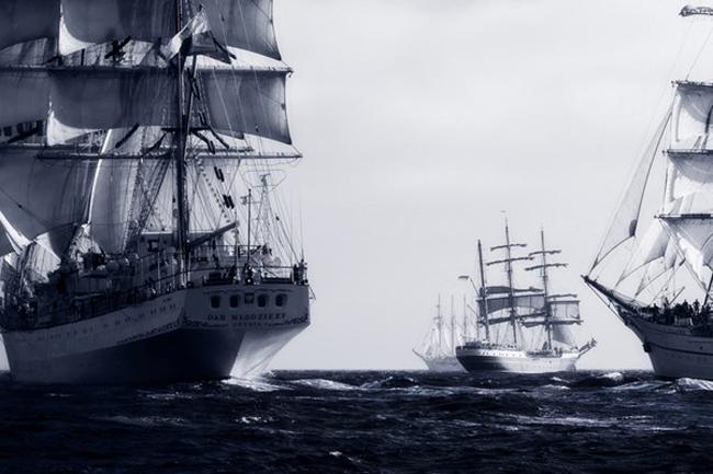 Những con tàu với cột buồm cao vút tại điểm bắt đầu của cuộc đua tàu cánh buồm ngoài khơi Cascais, Lisbon, Bồ Đào Nha.  Ảnh: Gonçalo Barriga/TPOTY, Bồ Đào Nha  Giải thưởng danh dự hạng mục 'Ảnh tinh thần phiêu lưu - Spirit of Adventure'