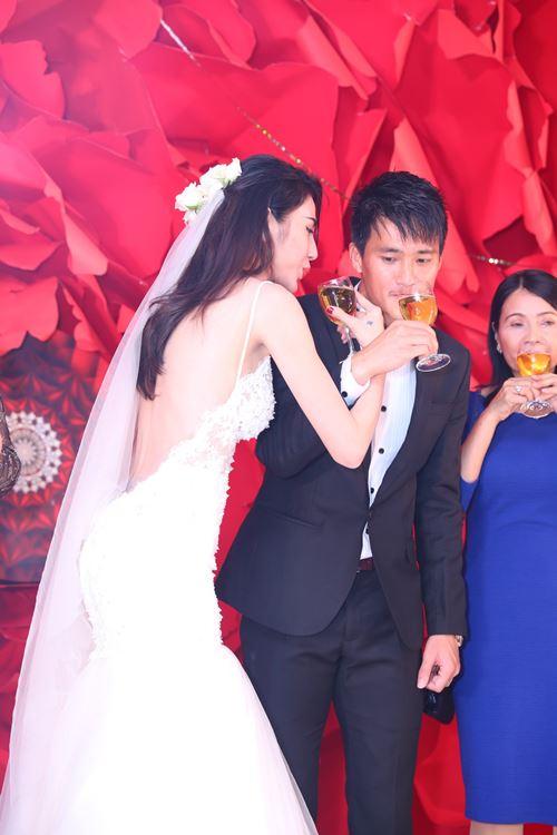 Thủy Tiên lộ hình xăm nhạy cảm khi diện váy cưới sexy - 1