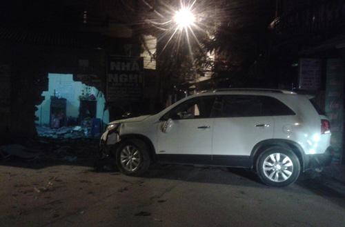 """Hà Nội: """"Xế hộp"""" đâm thủng tường nhà văn hóa trong đêm - 1"""