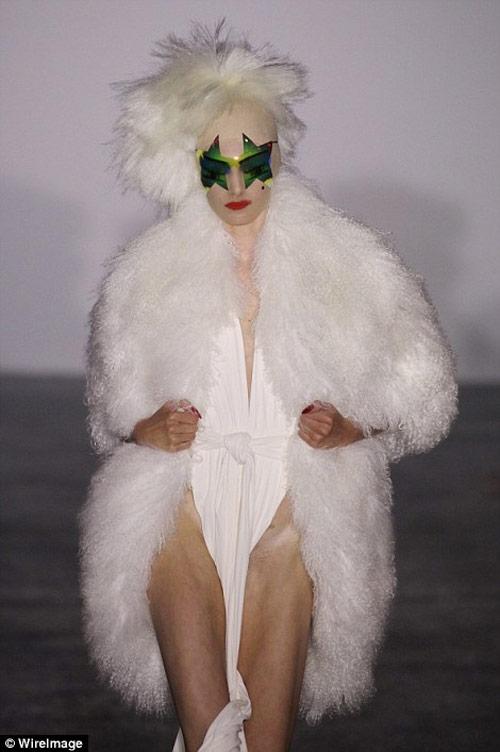 """Tròn mắt xem các """"thảm họa thời trang"""" ít ai dám mặc - 1"""