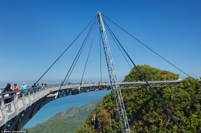 Cây cầu Langkawi Sky được xây dựng trên đỉnh núi Machinchang cách mặt đất khoảng 100m ở Malaysia.