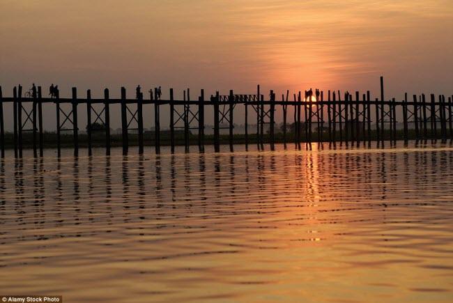 Cây cầu U-Bein dài khoảng 1,5 km trên hồ Taungthaman là một địa điểm thu hút đông khách tham quan ở Myanmar.