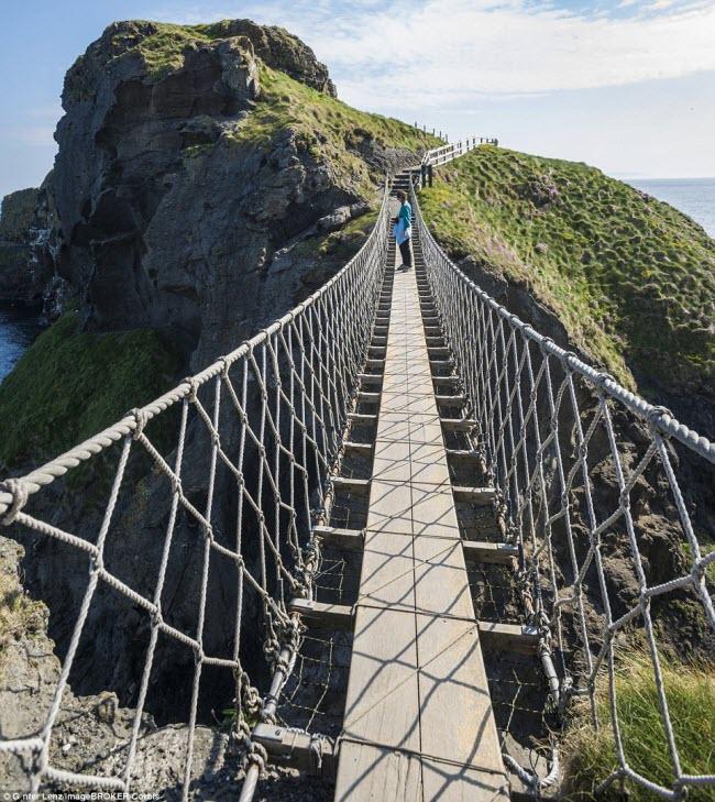 Ban đầu, cây cầu Carrick-a-Rede Rope Bridge ở Bắc Ireland chỉ có một tay vịn duy nhất, trước khi được lắp thêm một tay vịn khác như hiện nay.