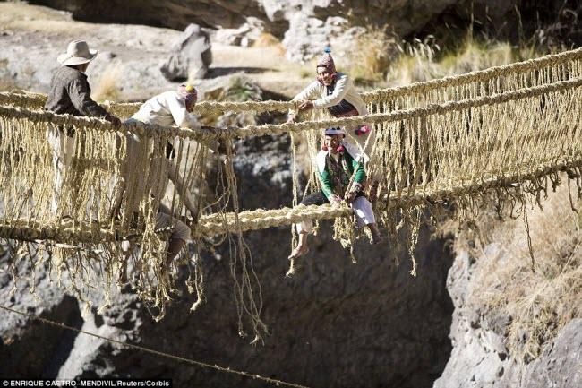 Cây cầu Qeswachaka ở Peru được làm từ dây thừng theo cách truyền thống của người Inca.