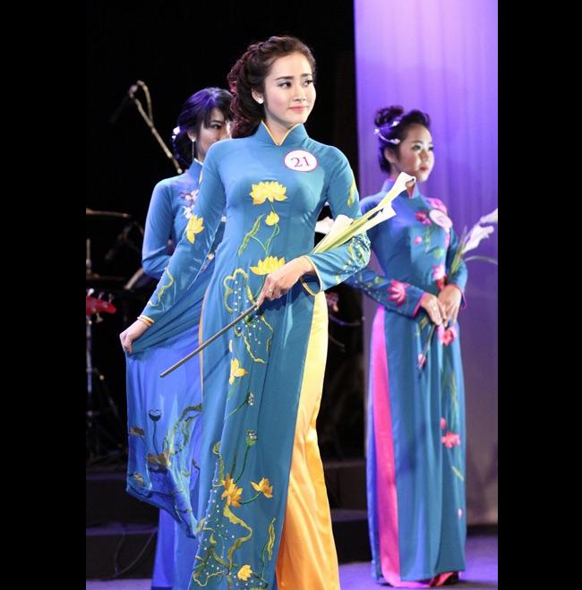 Ket Ke Son (21 tuổi) là một hot girl lai mang hai dòng máu Việt - Lào. Cha Ke Sonlà người Việt nhưng cô lại sinh ra và lớn lên tại Lào