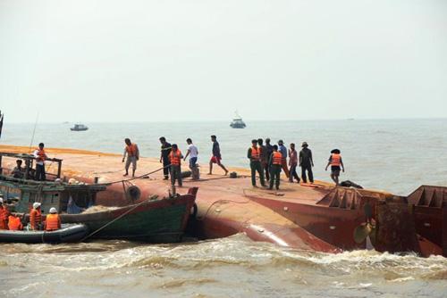 Vụ lật tàu: Tiếp tục tìm kiếm 2 thuyền viên mất tích - 1