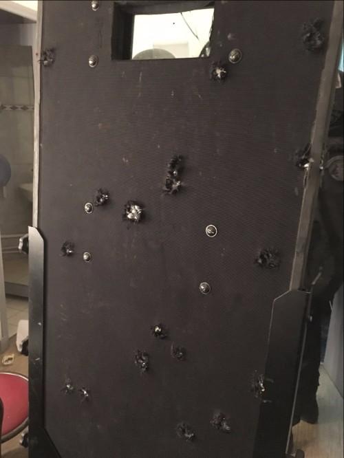 Chuyện sau tấm khiên chi chít lỗ đạn khủng bố Paris - 1
