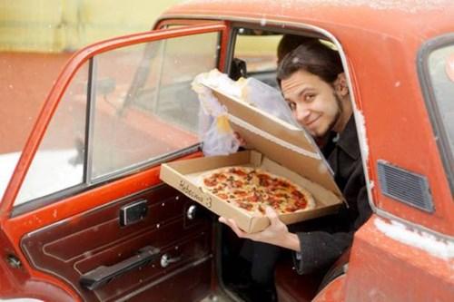 """Trai trẻ cưới pizza """"làm vợ"""" gây sốc - 1"""