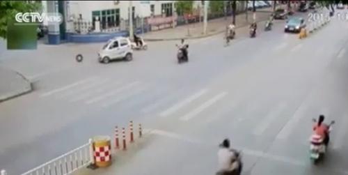 Đang chạy, ô tô Trung Quốc bỗng dưng... rơi bánh - 1
