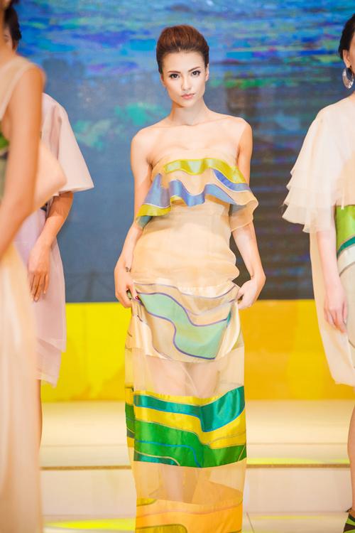 Hồng Quế gợi cảm catwalk với váy lụa xuyên thấu - 1