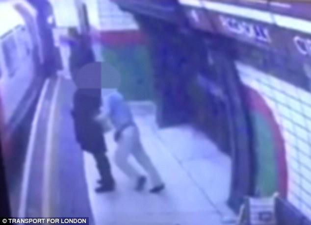 Sốc với clip cô gái Hồi giáo bị đẩy vào tàu đang chạy - 1